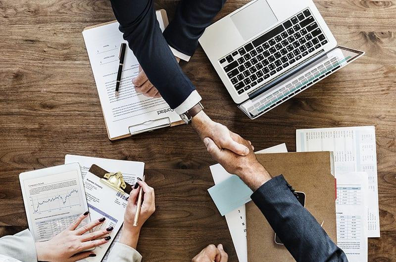 חתימה על חוזה ולחיצת ידיים בין שמאי מקרקעין ללקוח